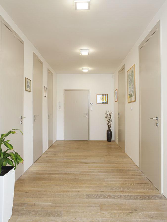 Pro dokonalou harmonii s interiérem jsou u reverzních zárubní použity skryté závěsy a plochu dveří tak nic nenarušuje. FOTO SAPELI