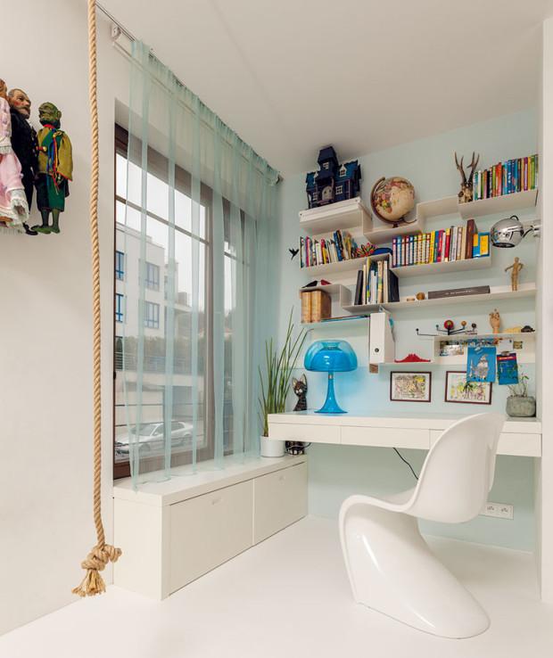 Dětská ložnice je vybavena nadčasově, neutrálně, takže věk jejího obyvatele můžete jen hádat podle předmětů na stole avpoličkách. FOTO DANO VESELSKÝ