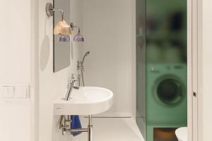 Dětskou koupelnu, naproti vstupu do dětské ložnice, využívá zejména pánská část rodiny. Oceňuje sprchový kout amalou skříňku zapuštěnou ve zdi za zrcadlem. FOTO DANO VESELSKÝ