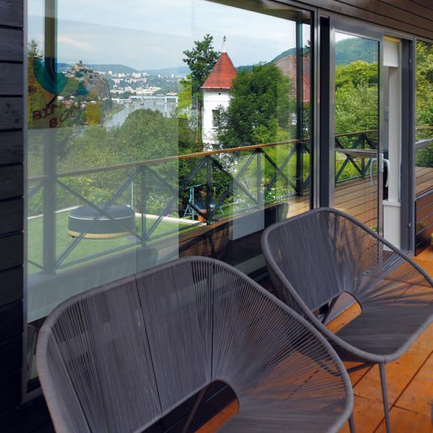 Zcelého domu jsou úchvatné výhledy. Když zrovna není počasí vhodné klenošení ve vířivce, mohou majitelé ijejich návštěvy relaxovat vpohodlných pohovkách na terase akochat se pohledem na okolní kopce. FOTO Dano Veselský