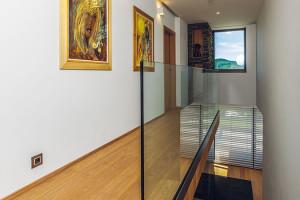 Majitel má cit nejen pro architekturu, ale pro výtvarné umění vůbec: stěny obývacích pokojů či chodeb tak zdobí originály obrazů. FOTO JIŘÍ ZERZOŇ