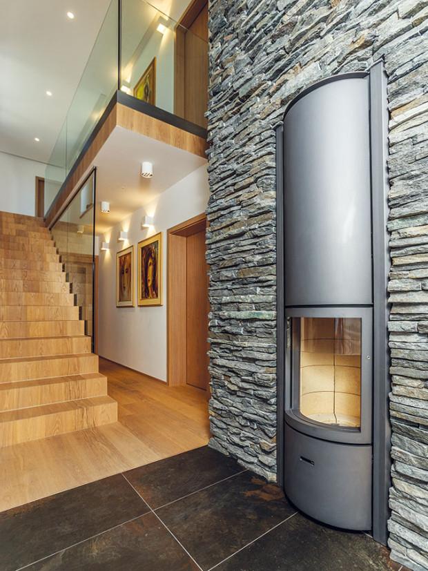 Dřevo, kámen asklo jsou nejdůležitějšími prvky jak vexteriéru, tak vinteriéru. FOTO JIŘÍ ZERZOŇ