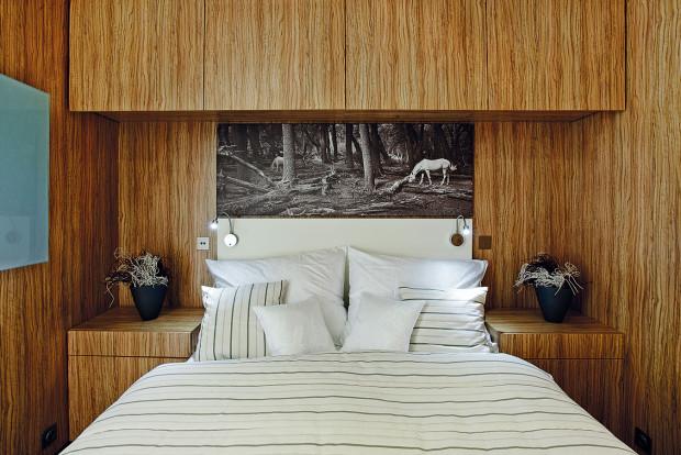 Stěny astropy jsou obloženy laminovanými deskami, vinylová podlaha je barevně sladěna sobkladem stěn anábytkem. FOTO FREEDOMKY S. R. O.