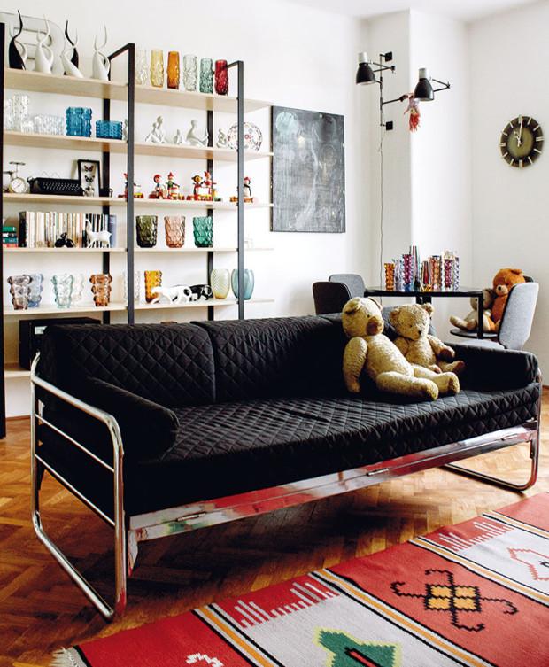 Brusel. Prvky tohoto tradičního designu lze najít vkaždém koutě. Snad nejvýraznějším je originální retro koberec spoutavým vzorem, který se stal dominantou obývacího pokoje. FOTO ALEX BELYAJEV