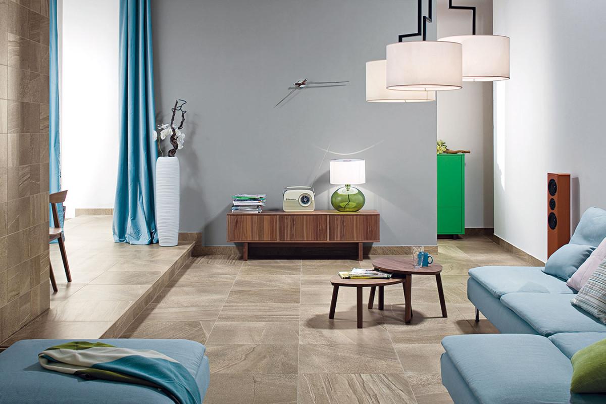 Keramika je cenově dostupná, dobře se udržuje arozumí si spodlahovým topením. Díky moderní technologii digitálního tisku se umí tvářit také jako dřevo nebo kámen. foto: RAKO