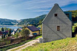 Ale spřehledem! Aby poskytl co nejlepší výhled na jezero, osadil architekt dům na částečně zapuštěný sokl avyužil mezeru mezi stavbami níže. FOTO DANO VESELSKÝ