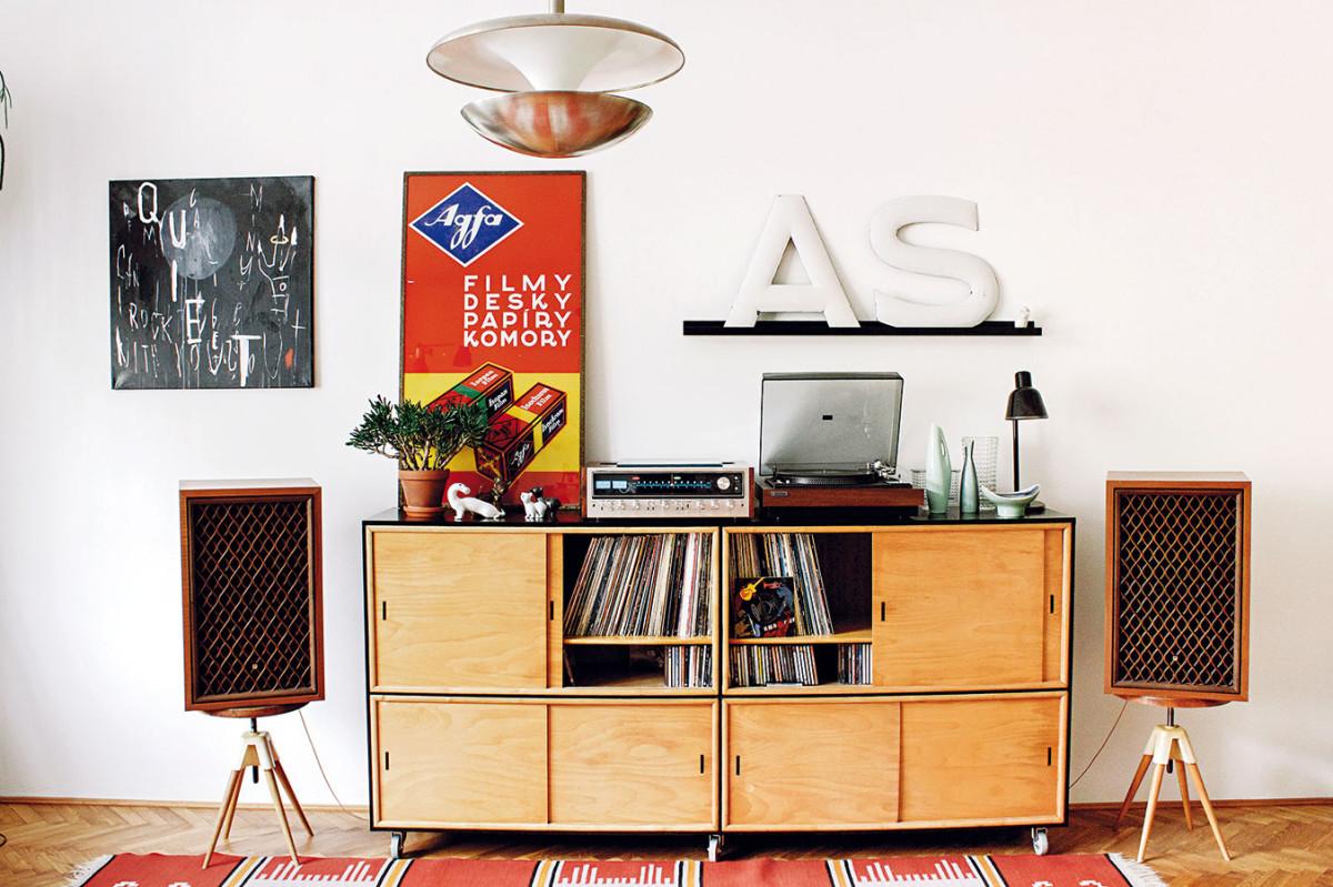 Hudba namísto filmu. Itak lze vystihnout charakter obývacího pokoje, který se neotáčí ktelevizi, ale ke gramofonu anádherným reproduktorům. Sbírání LP desek je totiž jednou znejsilnějších vášní majitele. FOTO ALEX BELYAJEV