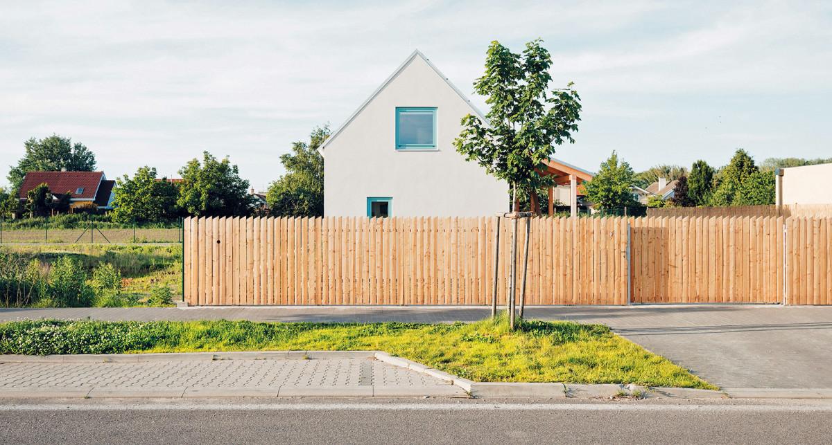Ze strany ulice je dům oddělený vtipným odkazem na tradiční laťkový plot. Foto PETER JURKOVIČ