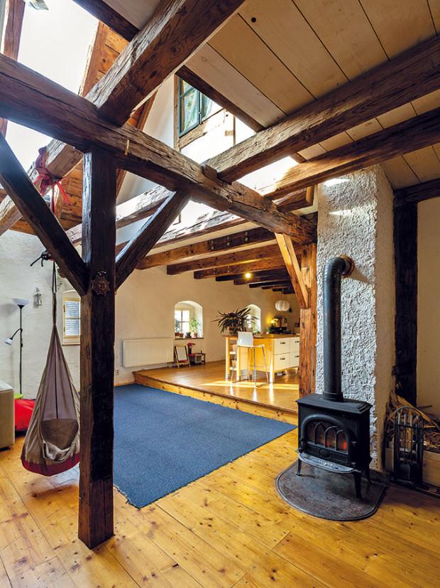 Vrůzných výškách. Vstupní prostor plynule pokračuje do obývacího pokoje, otevřeného vcelé výšce impozantního krovu až po hřeben střechy. Včásti skuchyní ajídelnou snižuje prostor vestavěné poschodí snoční zónou. FOTO DANO VESELSKÝ