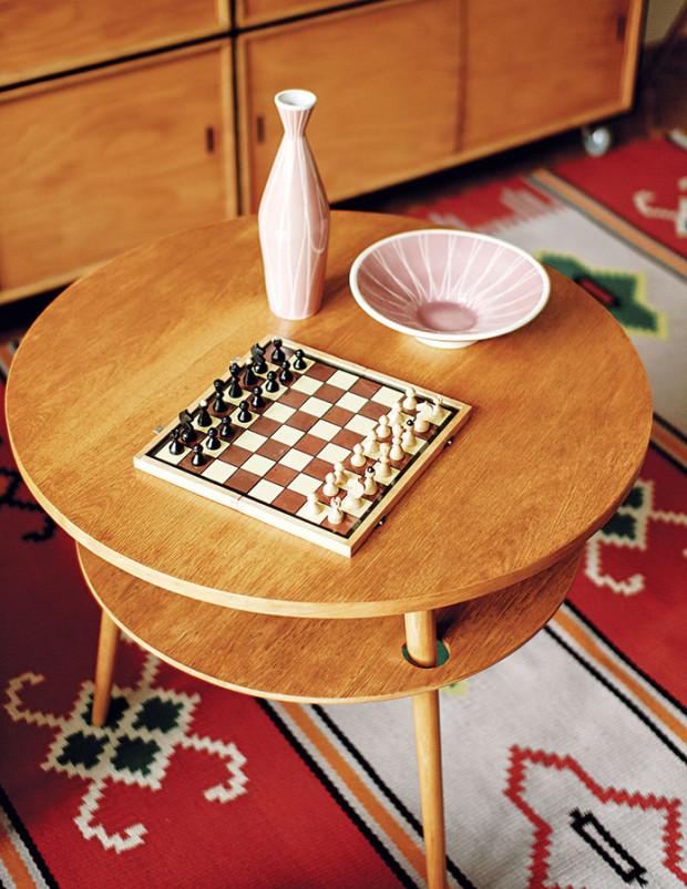 Sada porcelánu (miska, váza) scharakteristickým geometrickým vzorem dokumentuje jednu znejsilnějších tradic českého designu minulého století. FOTO ALEX BELYAJEV