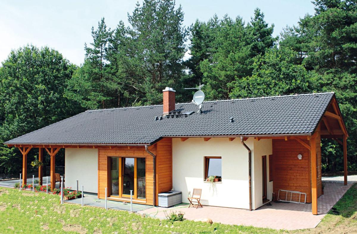 Nabídka je široká, stačí si vybrat velikost, vhodný tvar acenu odpovídající finančním možnostem investora. Na obrázku dům LARGO 147 – jednopodlažní rodinný dům se sedlovou střechou, která přesahuje přes terasu avstupní prostor. FOTO RD RÝMAŘOV