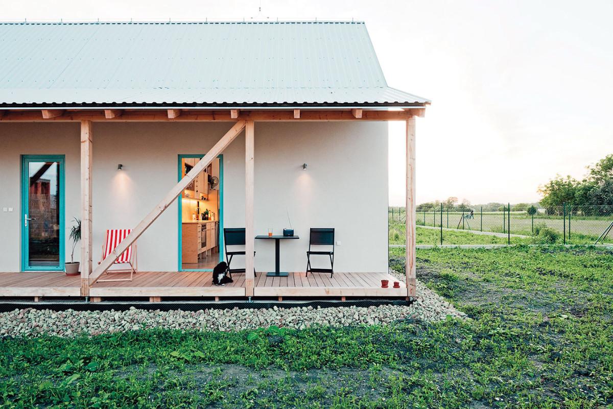 Veranda je přístupná zkaždého pokoje vpřízemí. Tvoří nárazníkovou zónu azároveň komunikačně propojuje celé dění vdomě ikolem něj. Foto PETER JURKOVIČ
