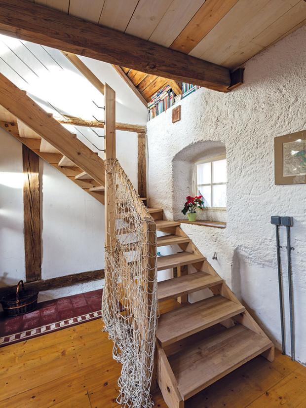 Vestavěné ze dřeva. Přímo ze vstupního prostoru se masivním dřevěným schodištěm dostanete na vestavěné poschodí složnicemi. FOTO DANO VESELSKÝ