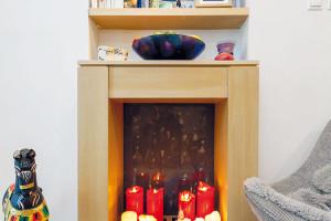 Včásti spřípravou na krb hoří každý večer svíčky, jejichž měkkým světlem se prostor ještě více zútulní. Vblízké budoucnosti je nahradí skutečný krb. Otočná židle představuje příjemné místo například na relax sdobrou knížkou. FOTO DANO VESELSKÝ