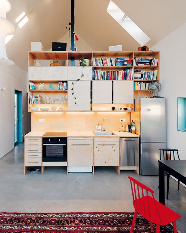 Od shora až dolů se odhaluje celý řez domem při pohledu na kuchyň, na níž sedí pracovna na galerii vpodkroví. Foto PETER JURKOVIČ