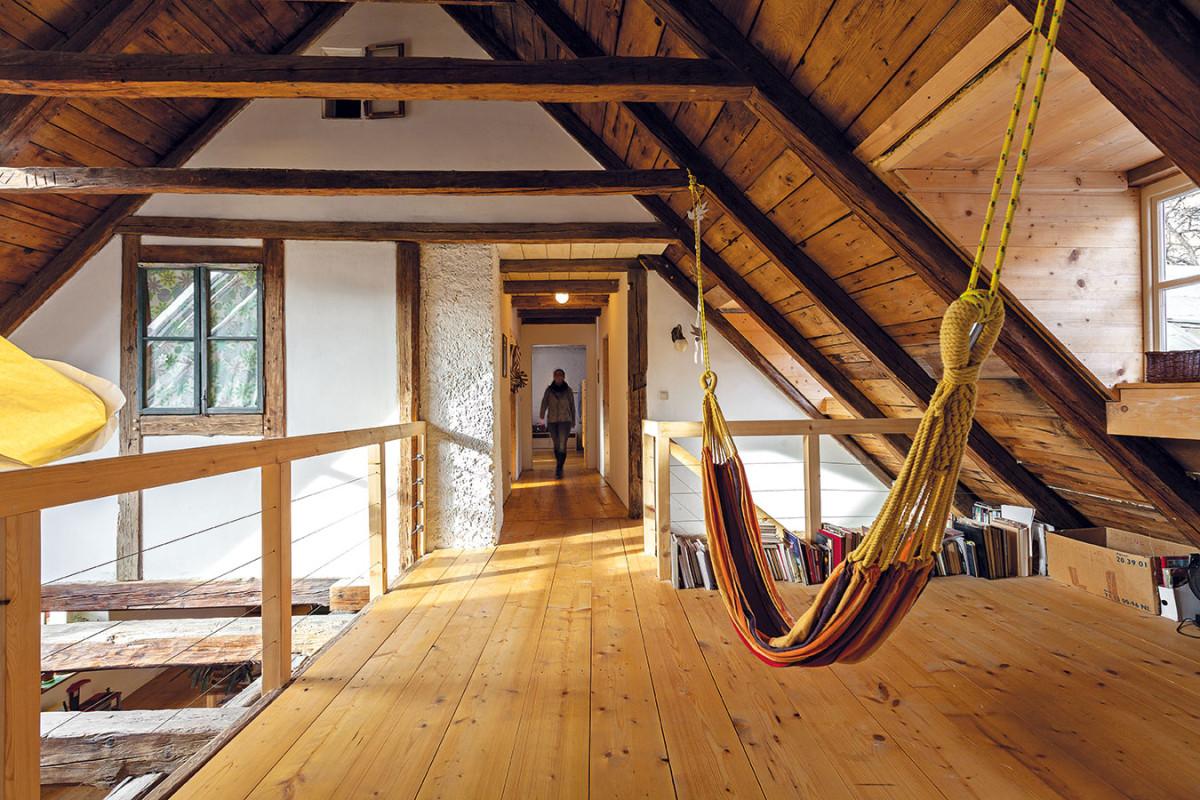 Bez nezvratného zásahu do původních konstrukcí. Zateplení nad krokvemi lze, stejně jako vestavěné dřevěné konstrukce, kdykoli vbudoucnosti rozebrat tak, aby se krov vrátil do původního stavu. Za iluzorní fasádou vhorní části krovu je manželská ložnice, chodbou se dále dostanete kmalé koupelně adětskému pokoji. FOTO DANO VESELSKÝ