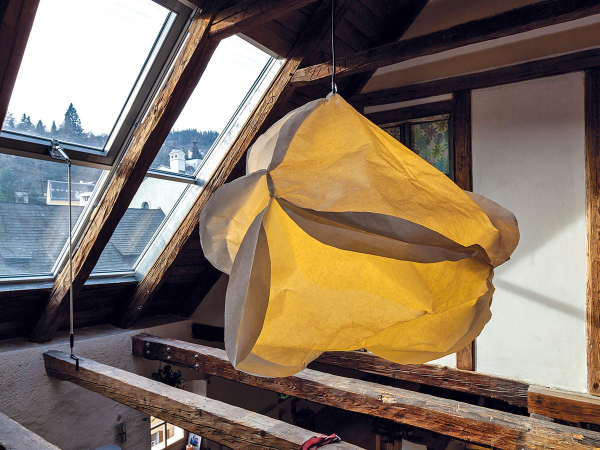 Speciální prostor pro zvláštní lampu. Lampa zavěšená mezi trámy nad obývacím pokojem je zdílny slovenské designérky Lucie Hasbach (papír zpevněný bavlnou). FOTO DANO VESELSKÝ