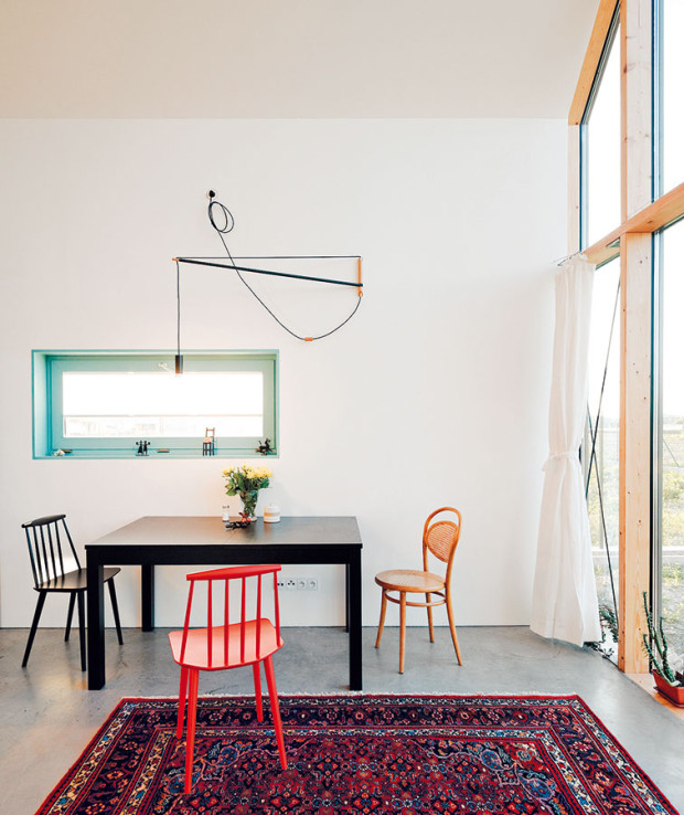 Hravost interiéru je ipřes jasnou čitelnost zachovaná vbarvách abezstarostně vybíraném vybavení, nábytku adoplňcích. Foto PETER JURKOVIČ