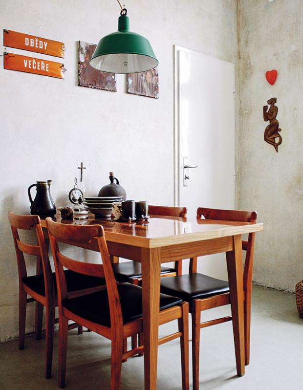 Jídelní sezení tvoří sladěná sestava židlí astolu. Jednou zvýjimek, které se vymykají zrámce funkcionalistického designu vbytě, je závěsné svítidlo. FOTO ALEX BELYAJEV
