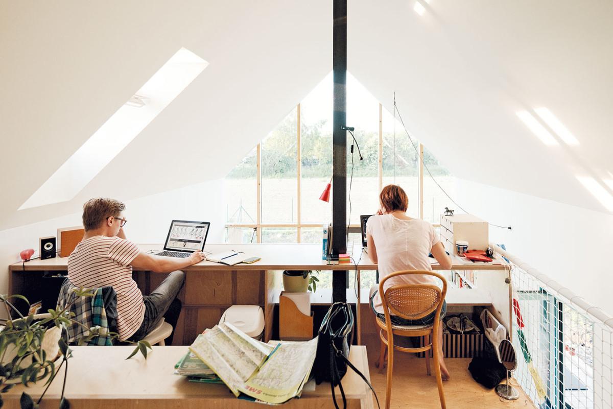 Hluboká dispozice nebránila vytvořit vpodkroví pracoviště, ato díky velkorysým střešním oknům Velux. Ta se starají iodynamickou světelnou hru odrazů na stěnách. Foto PETER JURKOVIČ