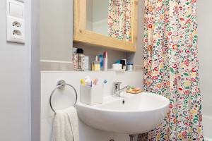 Koupelna je vbytě jen jedna arána tak bývají často náročnější. Díky správné organizaci však rodina všechno bravurně zvládá. Má dva vchody – zchodby od dětského pokoje azrodičovské ložnice. FOTO DANO VESELSKÝ