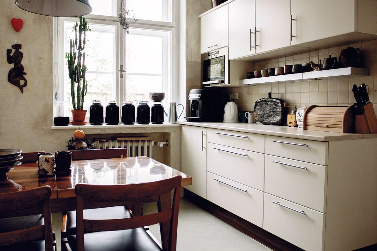 Kuchyňská linka byla součástí bytu ještě před rekonstrukcí, avšak vzhledem kjejí příjemné neutrální barevnosti anadčasové formě ji nebylo nutné měnit. FOTO ALEX BELYAJEV