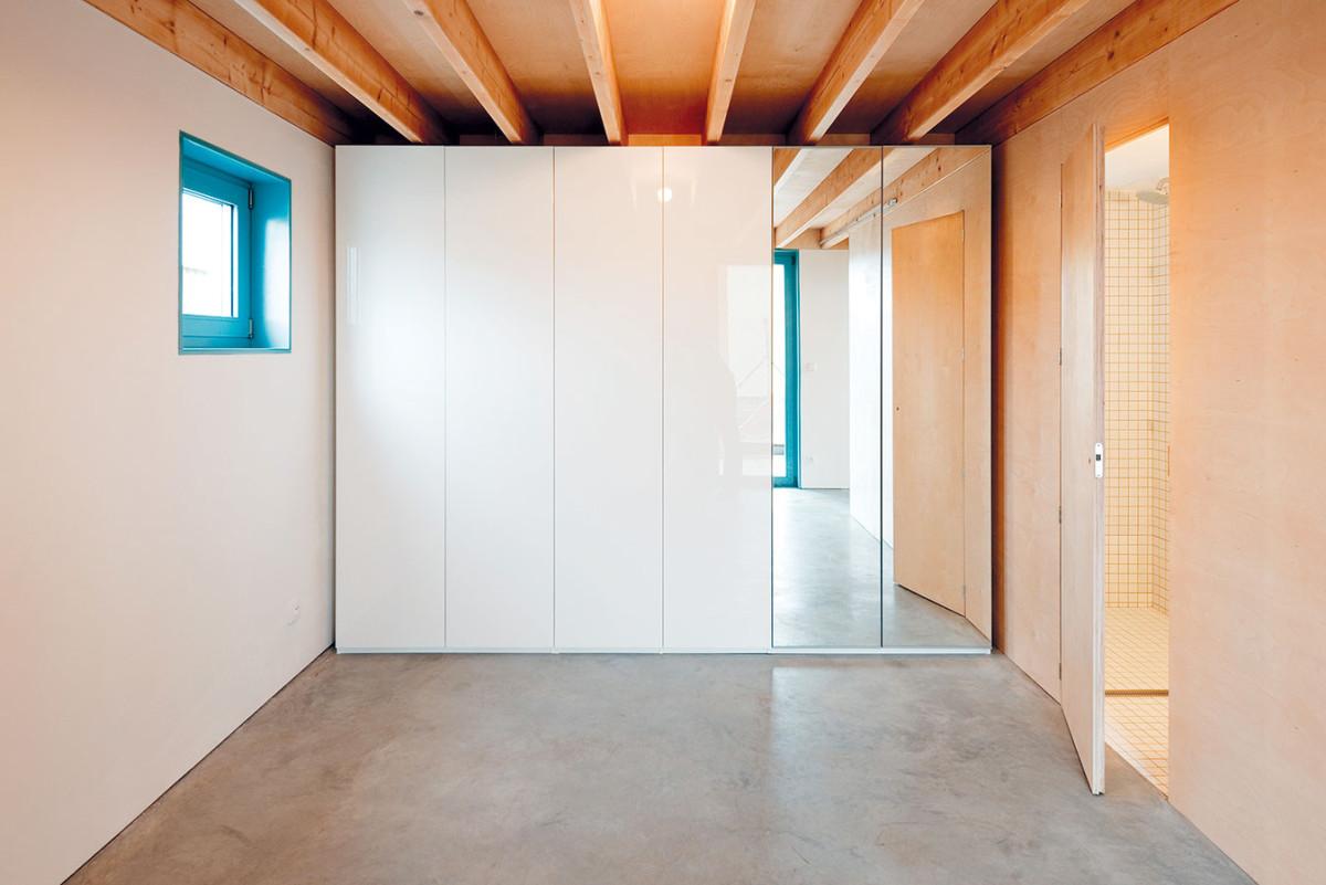 Ložnice, kterou sdílí svěrným psem Gimlim, poskytuje Ivetě největší soukromí. Její součástí je isamostatná koupelna. Foto PETER JURKOVIČ