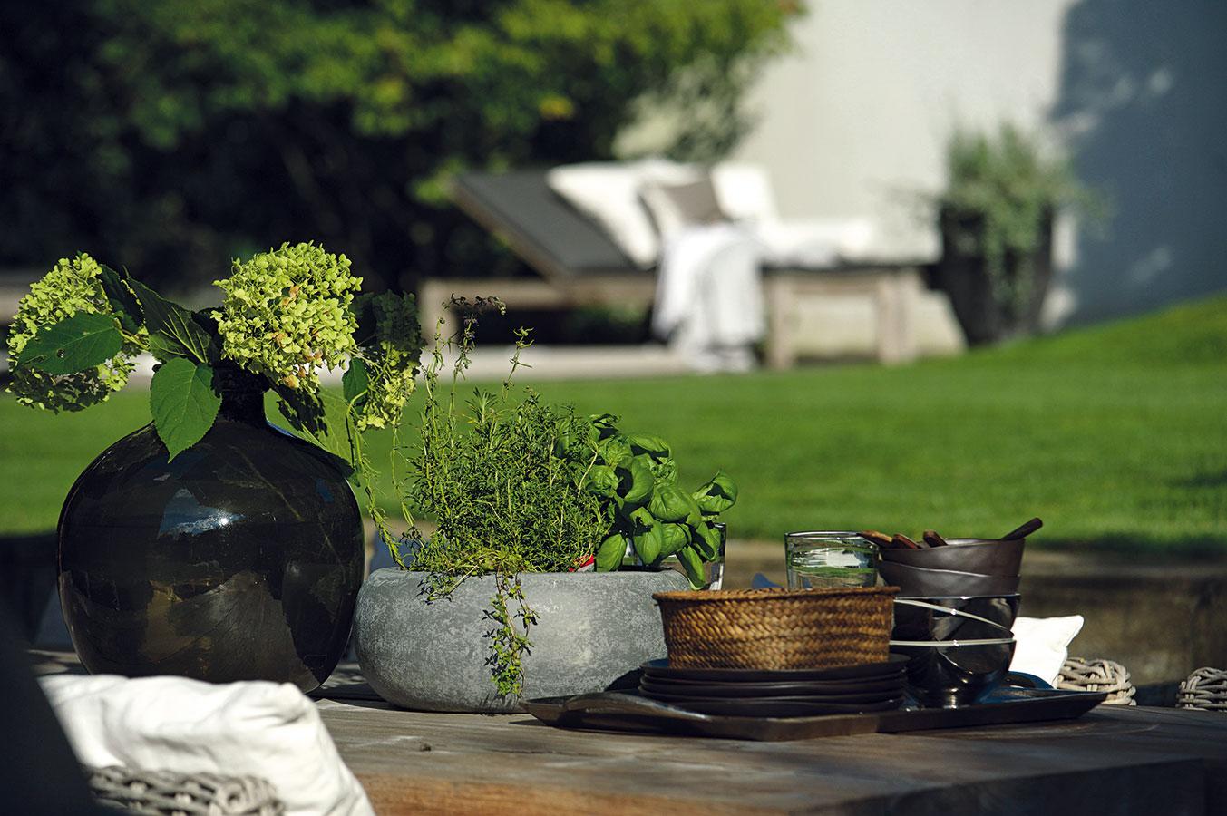 """""""Milujeme naši smutnou zahradu, která je pro nás krásná tím, jak je ponořená sama do sebe – neburcuje množstvím vjemů, barev či květů. Člověk se tak vní může zklidnit, utřídit si myšlenky avnímat detaily aprostotu prostoru."""""""