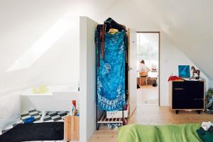 Pokoj mladých, nebo zkrátka pokoj pro hosty, je vybaven jako malé hotelové apartmá. Nechybí ani kout svanou aumyvadlem, takže soukromí dolní koupelny zůstává nenarušené. Foto PETER JURKOVIČ