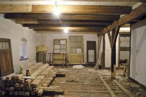 Ze stavby. Na původní násyp nanesli vrstvu ekostyrenu, který je lehký, částečně průdušný azafixuje prach. Na tento ověřený, snadno odstranitelný, atedy reverzibilní materiál položili dřevěné palubovky, vněkterých prostorech ponechali původní cihlové podlahy. FOTO Michal Hrčka