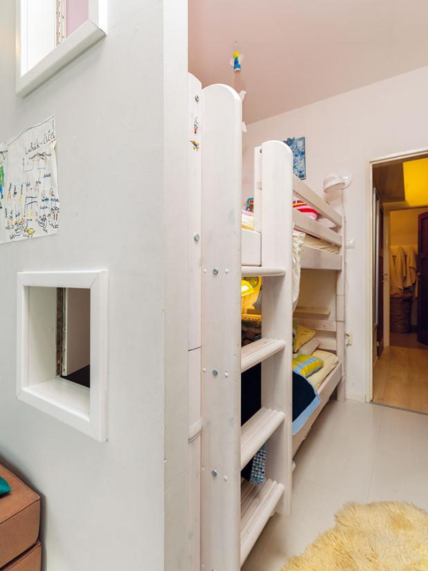Poschoďovou postel obývají dvě menší děti Eliška aLeo. Příčka suzavíratelnými okénky zabezpečuje proudění vzduchu aprostor iprosvětluje. FOTO DANO VESELSKÝ