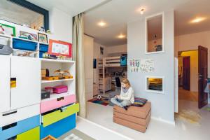 Dětský pokoj, který obývají tři děti různého věku ipohlaví, pojala majitelka aarchitektka vjedné osobě jako město. FOTO DANO VESELSKÝ