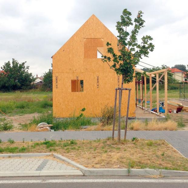 Výstavba domu probíhala díky jednoduše zatepleným sendvičům rychle abez komplikací. Foto PETER JURKOVIČ