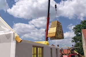 Instalace krovu – vpřípadě tohoto domu montáž trvala 1den včetně montáže vazníkového krovu. Vazníky jsou smontovány vtovárně ana stavbě je možné je již přímo osadit. Dům je už možné uzamykat. FOTO ATRIUM