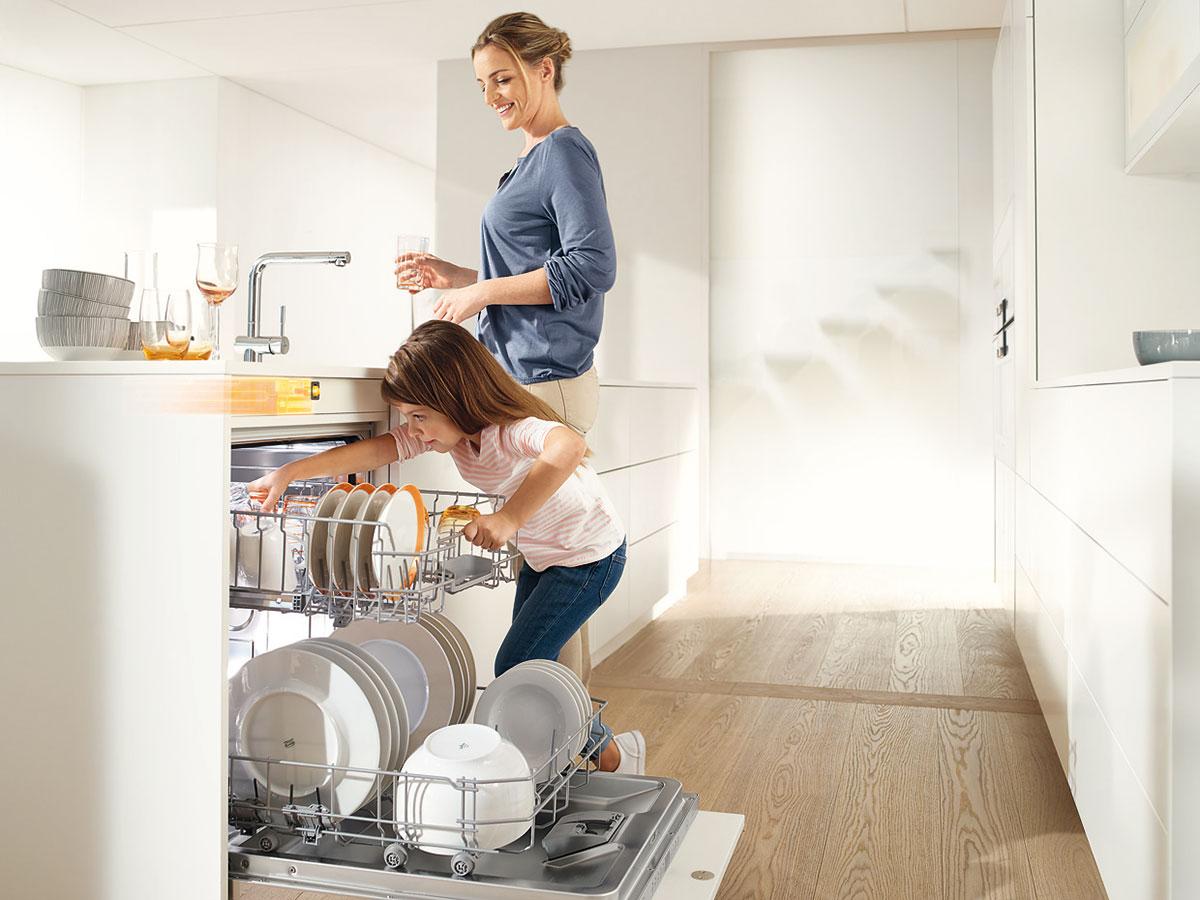 SERVO-DRlVE flex firmy Blum, pro bezúchytkové řešení lednic