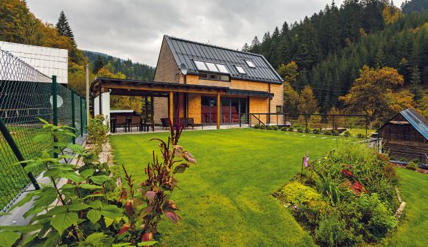 Překrásná příroda, horská scenerie aklidné prostředí doliny pod masivem hřebene Javorníků okouzlily mladou rodinu. FOTO Dano Veselský