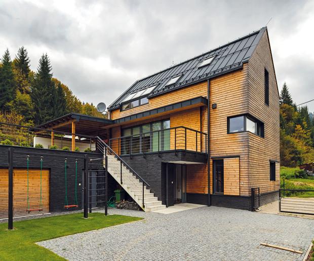 Do složitého terénu spřevýšením víc než tři metry navrhli architekti dvoupodlažní dům sčástečně zapuštěným obytným přízemím aobytným podkrovím pod sedlovou střechou. Vstupuje se do něj ze spodní terasy, horní terasa se využívá jako rekreační aobytná zahrada. FOTO Dano Veselský
