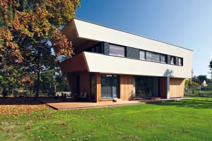 Inspirované funkcionalismem. Ačkoli vzhled této neobvyklé vily je inspirován architekturou zpoloviny 20. století, architektovi Václavu Zahradníčkovi se podařilo citlivě ho spojit slogikou aprincipy dnešní nízkoenergetické výstavby. Foto Lina Németh