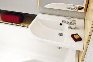 Standardní šířka umyvadla je 55 až 65 cm. Vmenších koupelnách určitě oceníte rohové umyvadlo menších rozměrů. FOTO RAVAK