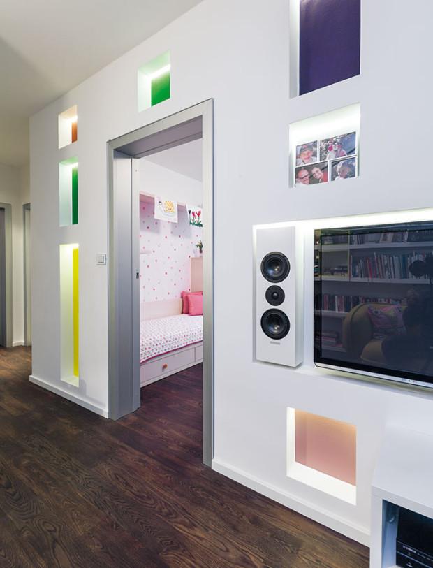 Teplé barvy vpřízemí avpatře střídají živější barvy dětských pokojů. Zajímavým řešením je předpokoj, sloužící ijako televizní či dětská společenská místnost. FOTO DANO VESELSKÝ