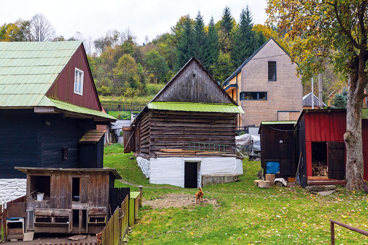"""Jednoduchý dům sleduje v základních tvarech siluety okolních střech se 45° sklonem. """"Zvolili jsme však moderní formu a také konstrukce a materiály, které odpovídají současnosti,"""" říká architekt Balušík. FOTO Dano Veselský"""