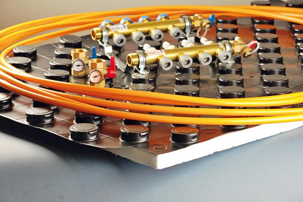 Součástí systému gabotherm je speciálně vyvinutá systémová deska z tvarovaného polystyrenu s fólií. Obsahuje výstupky pro jednoduché a rychlé uchycení trubek. Účinně zabraňuje úniku tepla, izoluje vůči vlhkosti a výrazně tlumí kročejový hluk (28 dB) na všech druzích povrchu. Je vhodná pro všechny typy podkladů, včetně litých potěrů. FOTO GABOTHERM