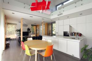"""Vnitřní zařízení domu dotvářelo interiérové studio, jehož architekti excelentně """"uchopili"""" architektonický duch stavby avsouladu sjeho odkazem na funkcionalismus vytvořili čistý prostor. Foto Lina Németh"""