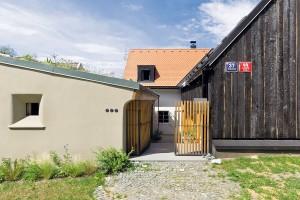 Tři hmoty, tři povrchy. Různé podoby fasád (starého i nového domu a bývalého hospodářského stavení) jsou v kontrastu i harmonii. FOTO DAVID MAŠTÁLKA (A1 ARCHITECTS)