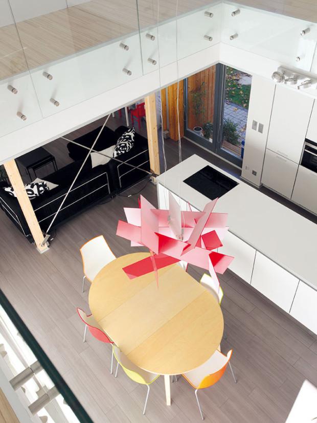 Galerii, která je výrazným prvkeminteriéru, navrhl architekt na základě žádosti klienta. Spojuje přízemí sprvním poschodím asoučasně akcentuje centrální bod domu, vněmž rodina stoluje. Foto Lina Németh