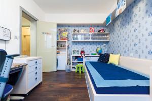 Chlapecký pokoj je klasicky domodra, nám se toto tradiční barevné řešení zdálo přiměřené – pokoj nakonec stejně nejvíc oživí hračky. FOTO DANO VESELSKÝ