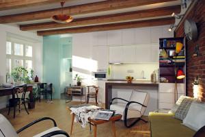 Nová kuchyň je domyšlená do detailu. Většina je z IKEA, barový pult je však doplněn sklápěcím jídelním stolem na míru. FOTO ROBERT ŽÁKOVIČ