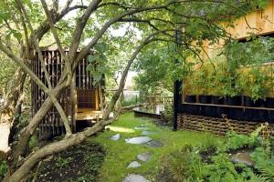 """Čajový dům se v zahradě """"zabydlel"""" jako první – stavba inspirovaná Japonskem. I zde je jako u celého domu pozornost soustředěna dovnitř. FOTO DAVID MAŠTÁLKA (A1 ARCHITECTS)"""