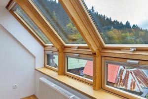 K zajímavým detailům patří střešní okno VELUX s kloubovou krokví, které poskytuje skutečně velkorysý výhled. Domácí paní se tak splnil sen – s manželem mají ložnici s výhledem na její zamilovaný svah z dětství. FOTO Dano Veselský