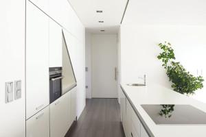 Čistý interiér. Vinteriéru dominuje racionalita, podpořená například dostatkem chytře poskládaných úložných prostor, abílá barevnost, zjemněná prvky viditelné dřevěné konstrukce adřevěné podlahy. Foto Lina Németh